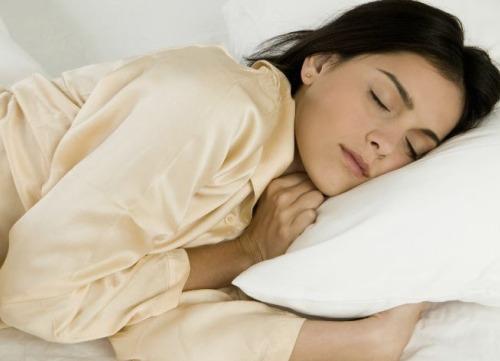 Dormire con un solo emisfero: vale anche per l'uomo